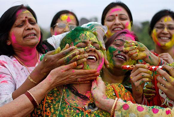 इलाहाबाद में महिलाओं ने एक-दूसरे को रंग लगाकर होली मनाई।