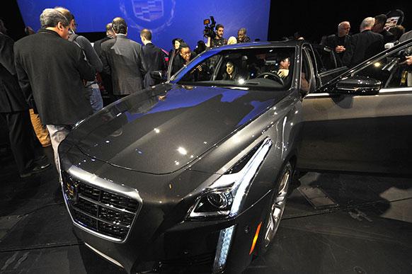 न्यूयॉर्क में नया 2014 कैडिलियाक CTS V स्पोर्ट्स कार लॉन्च किया गया।