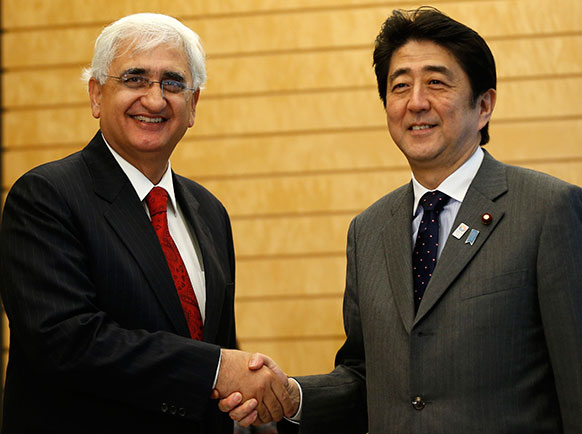 टोक्यो में भारत के विदेश मंत्री सलमान खुर्शीद और जापन के प्रधान मंत्री शिजो अबे हाथ मिलाते हुए।