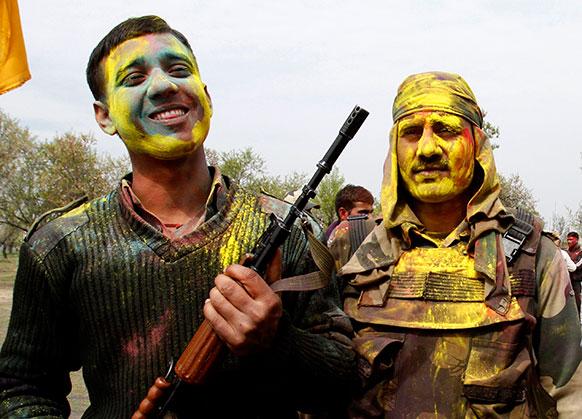 भारतीय सीमा सुरक्षा बल के जवानों ने मनाई होली।