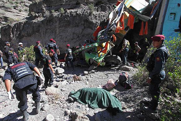 पेरू में हुए एक बस दुर्घटना में 24 लोग मारे गए जबकि 18 लोग घायल हो गए।