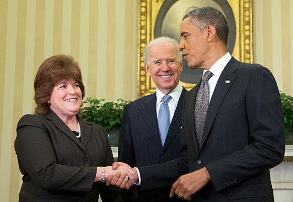 अमेरिकी राष्ट्रपति बराक ओबामा और उप राष्ट्रपति जो बिडेन नए यूएस सीक्रेट सर्विस निदेशक से हाथ मिलाते हुए।
