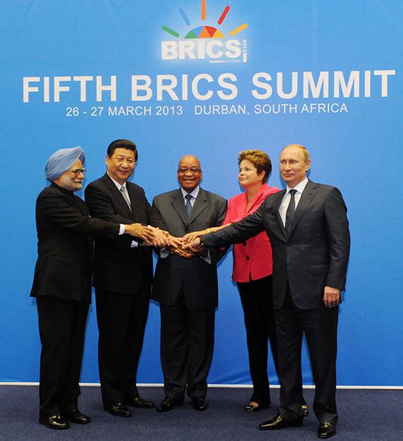 डरबन में ब्रिक समित 2013 के दौरान प्रधामंत्री मनमोहन सिंह, चीनी राष्ट्रपति शिनपिंग,साउथ अफ्रीकी राष्ट्रपति जैकब जुमा सहित ब्राजील और रूस के राष्ट्रपति।