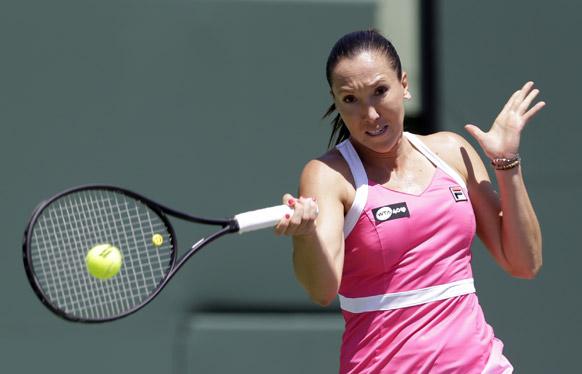 सोनी ओपन टेनिस टूर्नामेंट में शॉट लगाती सर्बिया के खिलाड़ी जेलेना जांकोविच।