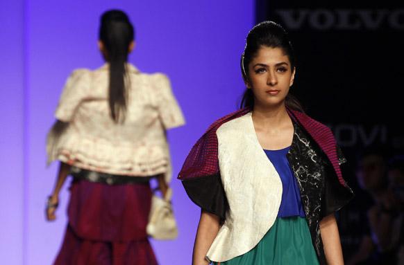 मुंबई में लैक्मे फैशन वीक के पहले दिन जेन नेक्सट के डिजाइन परिधानों को प्रदर्शित करती मॉडल्स।