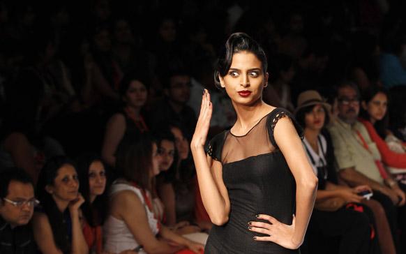 मुंबई में लैक्मे फैशन वीक के दौरान अर्पण वोहरा के डिजाइन परिधान को पहन रैंप पर चलती हुई एक मॉडल।