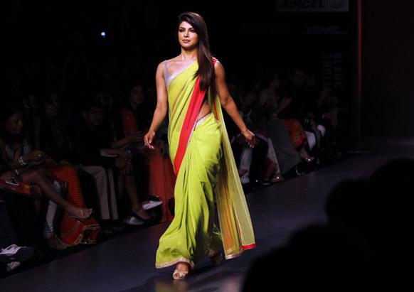 मुंबई में लैक्मे फैशन वीक के दौरान मनीष मलहोत्रा के डिजाइन परिधान को रैंप पर प्रदर्शित करती अभिनेत्री प्रियंका चोपड़ा।