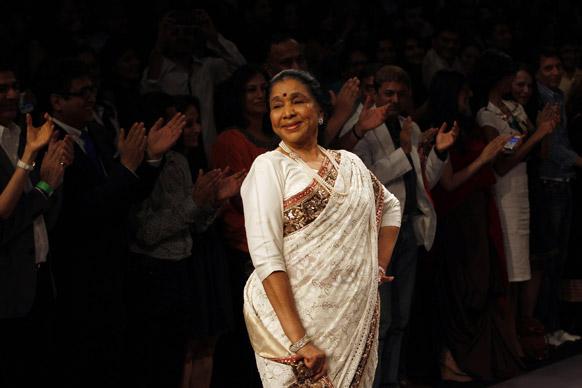 मुंबई में लैक्मे फैशन वीक के दौरान मनीष मलहोत्रा के डिजाइन परिधान को प्रदर्शित करती नामचीन गायिका आशा भोंसले।