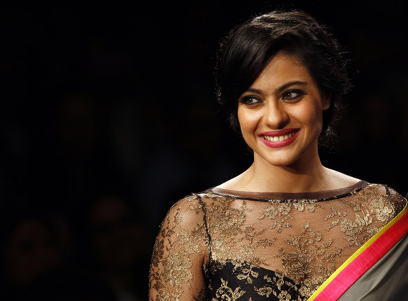 मुंबई में लैक्मे फैशन वीक के दौरान मनीष मलहोत्रा के डिजाइन परिधान को प्रदर्शित करती अभिनेत्री काजोल।