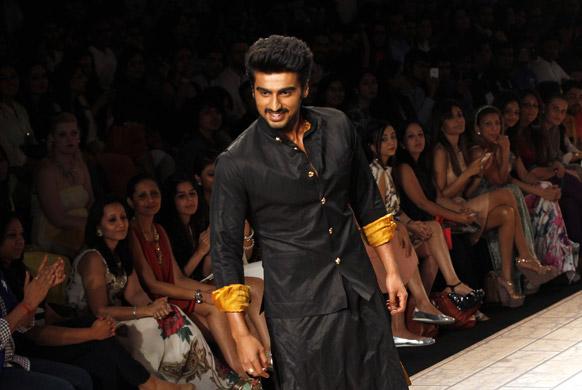 मुंबई में लैक्मे फैशन वीक के दौरान कुणाल रावल के डिजाइन परिधान को पहन रैंप पर चलते हुए अभिनेता अर्जुन कपूर।