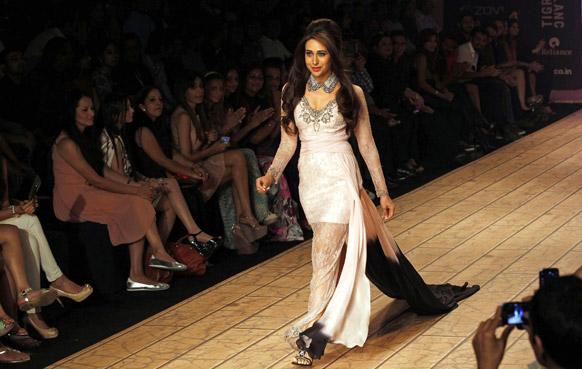 मुंबई में लैक्मे फैशन वीक के दौरान शेहला के डिजाइन परिधान को प्रदर्शित करती हुई बॉलीवुड अभिनेत्री करिश्मा कपूर।