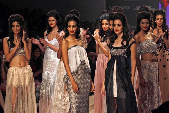 मुंबई में लैक्मे फैशन वीक के दौरान शेहला के डिजाइन परिधान को पहन रैंप पर चलती हुई मॉडल्स।