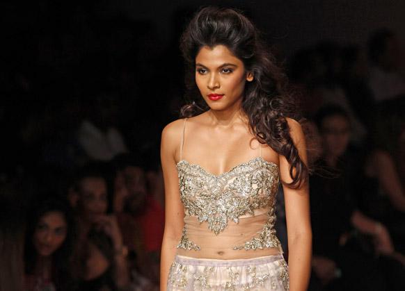 मुंबई में लैक्मे फैशन वीक के दौरान शेहला के डिजाइन परिधान को पहन रैंप पर चलती हुई एक मॉडल।