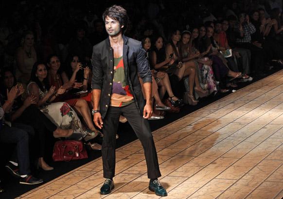 मुंबई में लैक्मे फैशन वीक के दौरान कुणाल रावल के डिजाइन परिधान को पहने हुए बॉलीवुड अभिनेता शाहिद कपूर।