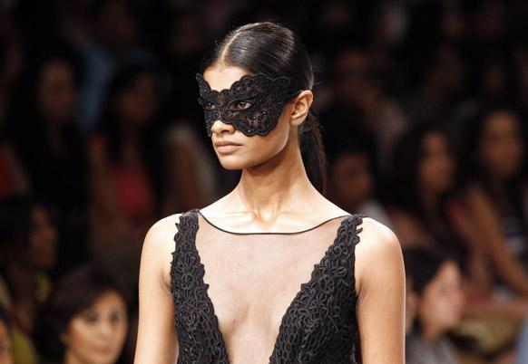 मुंबई में लैक्मे फैशन वीक के दौरान रॉकी स्टार के डिजाइन को पहन रैंप पर चलती हुई एक मॉडल।