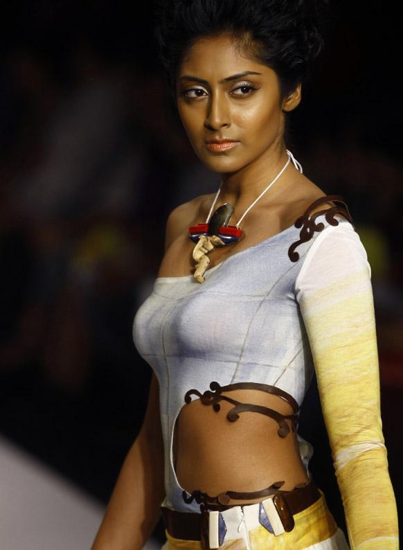 मुंबई में लैक्मे फैशन वीक के दौरान सोनिया गोहिल के डिजाइन परिधान को प्रदर्शित करती एक मॉडल।