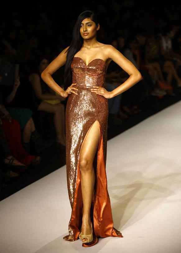 मुंबई में लैक्मे फैशन वीक के दौरान सेलेक्स के डिजाइन को प्रदर्शित करती एक मॉडल।