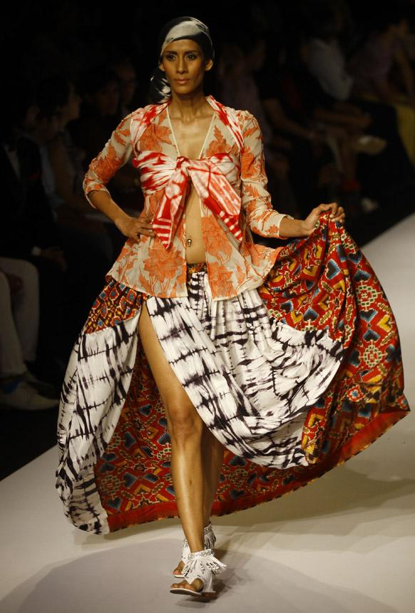 मुंबई में लैक्मे फैशन वीक के दौरान कृष्ण मेहता के डिजाइन परिधान को पहन रैंप पर चलती हुई एक मॉडल।