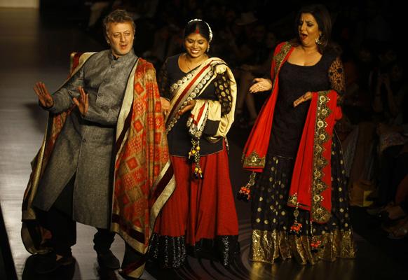 मुंबई में लैक्मे फैशन वीक के दौरान विक्रम फडनिस के परिधानों को प्रदर्शित करते हुए बॉलीवुड की डायरेक्टर फराह खान और रोहित बल।