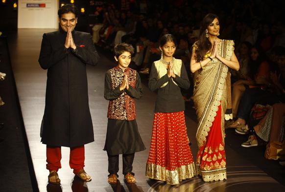 मुंबई में लैक्मे फैशन वीक के दौरान विक्रम फडनिस के परिधानों को प्रदर्शित करते हुए बॉलीवुड अभिनेता अरबाज खान। साथ हैं उनके बेटे अरहान खान, पत्नी मलाइका खान और युवा पर्यावरण कार्यकर्ता दीक्षा पवार।