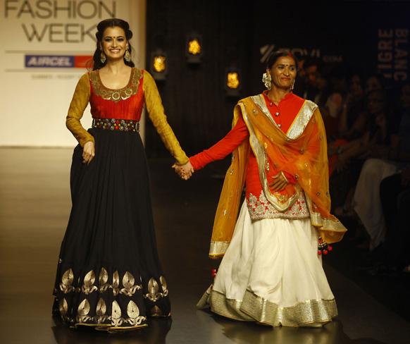 मुंबई में लैक्मे फैशन वीक के दौरान विक्रम फडनिस के परिधानों को प्रदर्शित करती हुई बॉलीवुड अभिनेत्री दिया मिर्जा1