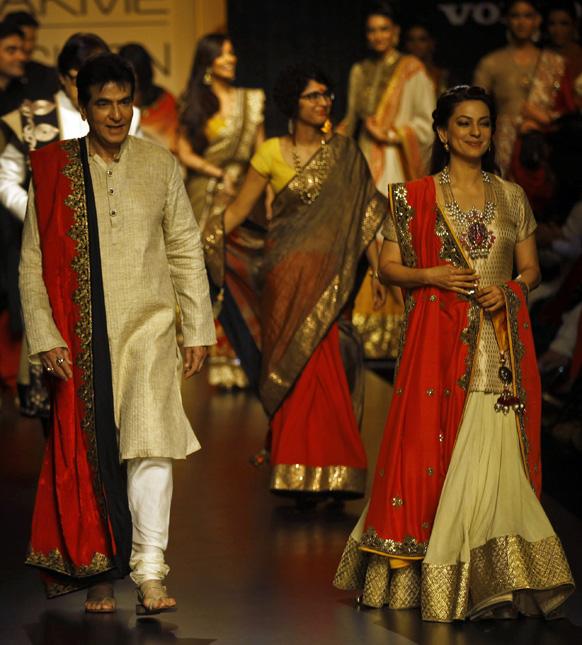 मुंबई में लैक्मे फैशन वीक के दौरान विक्रम फडनिस के परिधानों को प्रदर्शित करती हुई बॉलीवुड अभिनेत्री जूही चावला और अभिनेता जीतेंद्र।