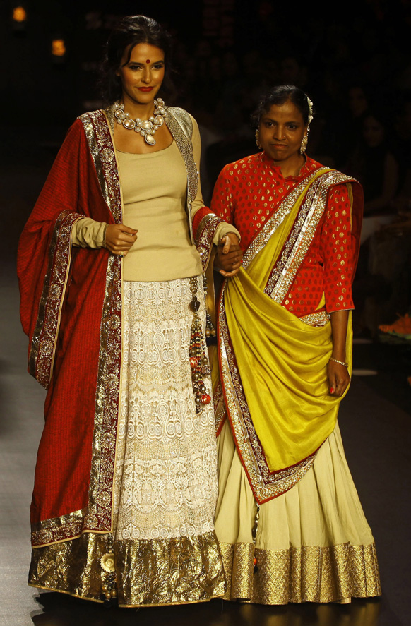 मुंबई में लैक्मे फैशन वीक के दौरान विक्रम फडनिस के परिधानों को प्रदर्शित करती हुई बॉलीवुड अभिनेत्री नेहा धूपिया।