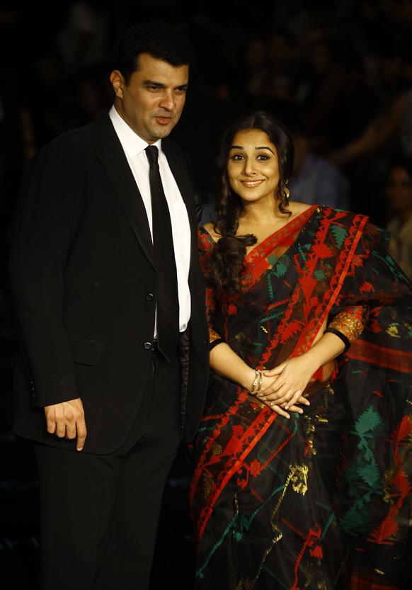मुंबई में लैक्मे फैशन वीक में अपने पति सिद्धार्थ राय कपूर के साथ शिरकत करती हुई अभिनेत्री विद्या बालन।