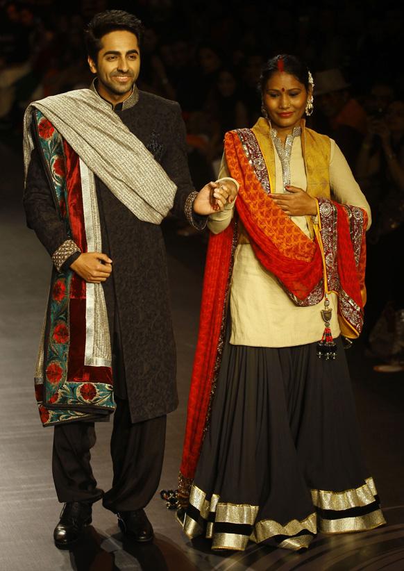 मुंबई में लैक्मे फैशन वीक के दौरान विक्रम फडनिस के परिधानों को प्रदर्शित करते हुए अभिनेता आयुष्मान खुराना। साथ हैं सामाजिक कार्यकर्ता सुनीता सुतर।
