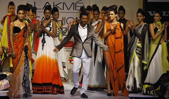 मुंबई में लैक्मे फैशन वीक के दौरान अर्चना कोचर के डिजाइन परिधान को प्रदर्शित करते कोरियोग्राफर और अभिनेता प्रभु देवा।