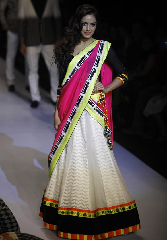 मुंबई में लैक्मे फैशन वीक के दौरान अर्चना कोचर के डिजाइन परिधान को प्रदर्शित करती हुई बॉलीवुड अभिनेत्री शाजां पदमसी।