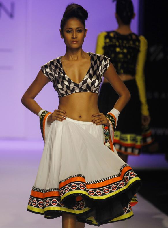 मुंबई में लैक्मे फैशन वीक के दौरान अर्चना कोचर के डिजाइन परिधान को पहन रैंप पर चलती हुई एक मॉडल।