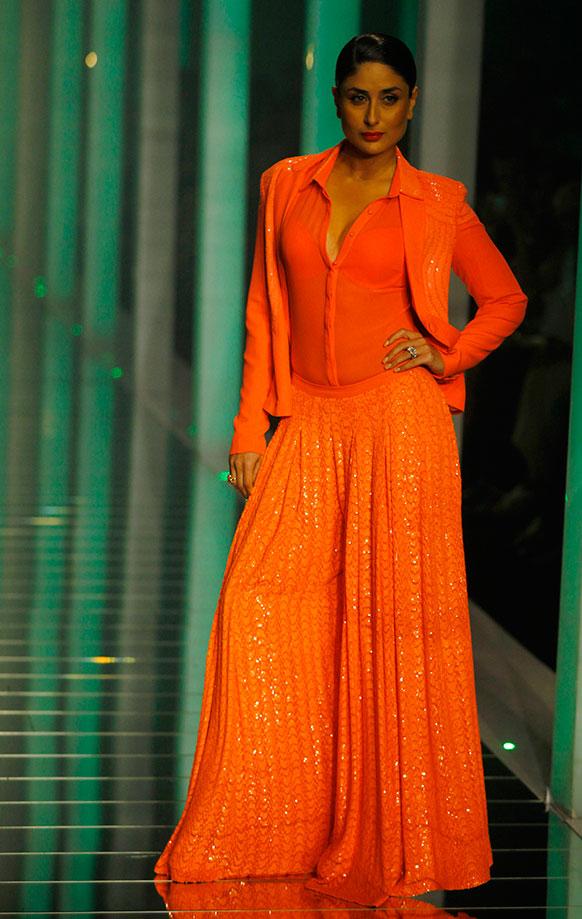लैक्मे फैशन वीक के ग्रैंड फिनाले के दौरान नम्रता जोशीपुरा परिधानों को प्रदर्शित करती हुईं बॉलीवुड अभिनेत्री करीना कपूर।