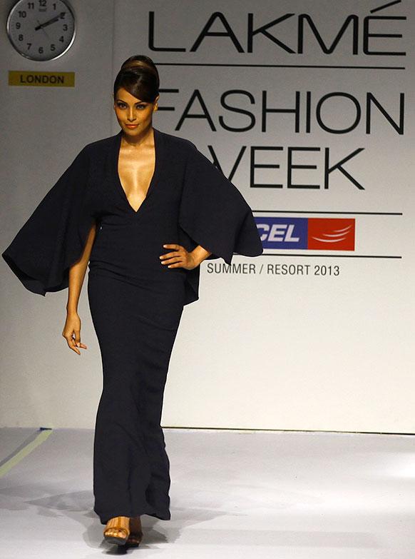 लैक्मे फैशन वीक के दौरान शांतनु और निखिल के परिधानों को प्रदर्शित करती हुईं बॉलीवुड अभिनेत्री बिपाशा बसु।