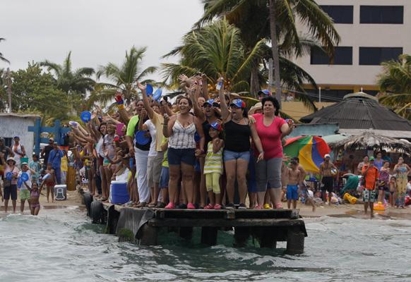 वेनेजुएला में राष्ट्रपति पद के उम्मीदवार हेनरिक कैप्रिल्स के लिए प्रचार करते उनके समर्थक।