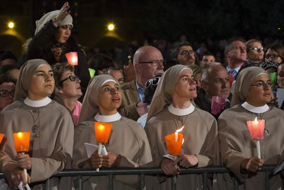 रोम में एक धार्मिक समारोह में शरीक होतीं नन्स।
