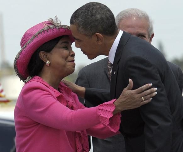 मियामी अंतरराष्ट्रीय हवाईअड्डे पर राष्ट्रपति बराक ओबामा का स्वागत करतीं रिपब्लिकन फ्रेडेरिका विल्सन।