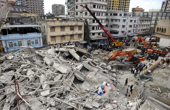 तंजानिया में जमीदोंज इमारत के मलबे को हटाते राहत एवं बचावकर्मी।