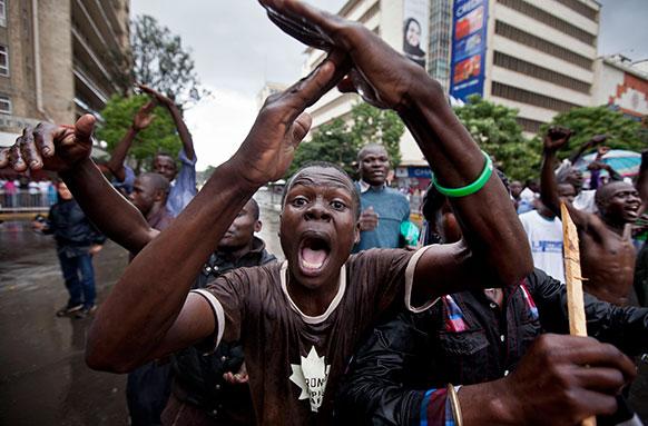 नैरोबी में रैला ओडिंगा के राष्ट्रपति पद की उम्मीदवारी खोने के बाद उनका एक समर्थक प्रदर्शन करते हुए।