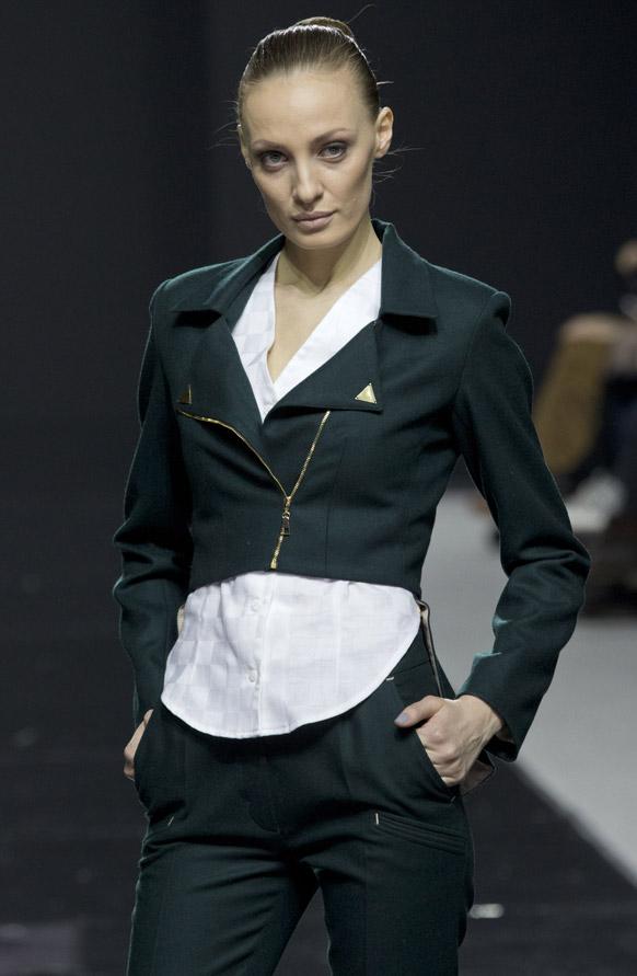 मास्को फैशन वीक के दौरान डिजायनर लीजा गाबाराती के कपड़ों को पेश करती एक मॉडल।