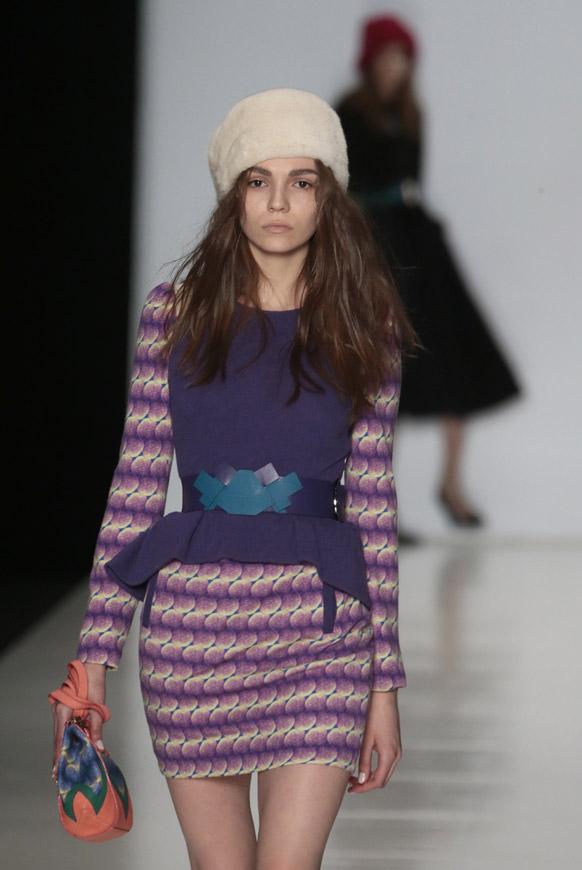 मास्को फैशन वीक के दौरान डिजायनर एलेना के कपड़ों को पेश करती एक मॉडल।