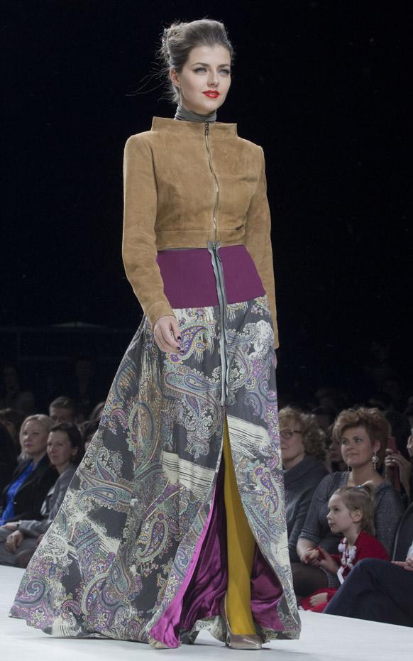 मास्को फैशन वीक के दौरान डिजायनर नातालिया पिकारिएलो के कपड़ों को पेस करती एक मॉडल।