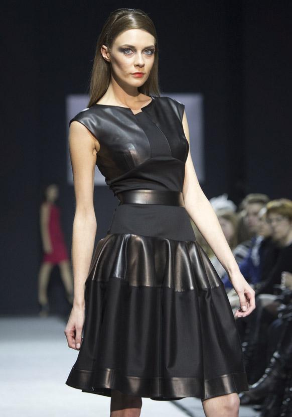 मास्को फैशन वीक के दौरान डिजायनर नातालिया पोलीखालोवा के कपड़ों को पेश करती एक मॉडल।