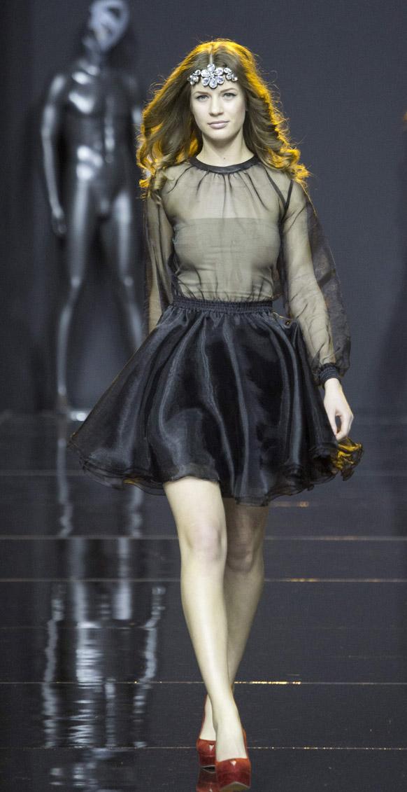 मास्को फैशन वीक के दौरान डिजायनर एलेक्जेंड्र काजाकोवा के कपड़ों को पेश करती एक मॉडल।