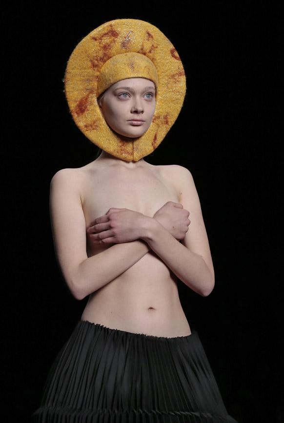 मास्को फैशन वीक के दौरान डिजायनर जॉर्जियन के कपड़ों को पेश करती एक मॉडल।
