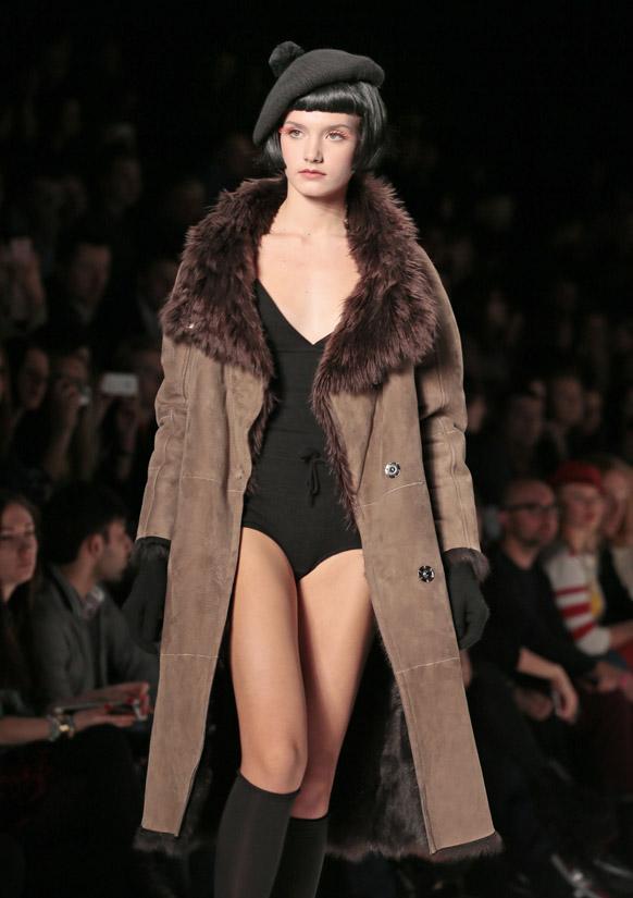 मास्को फैशन वीक के दौरान रैंप पर एक मॉडल।