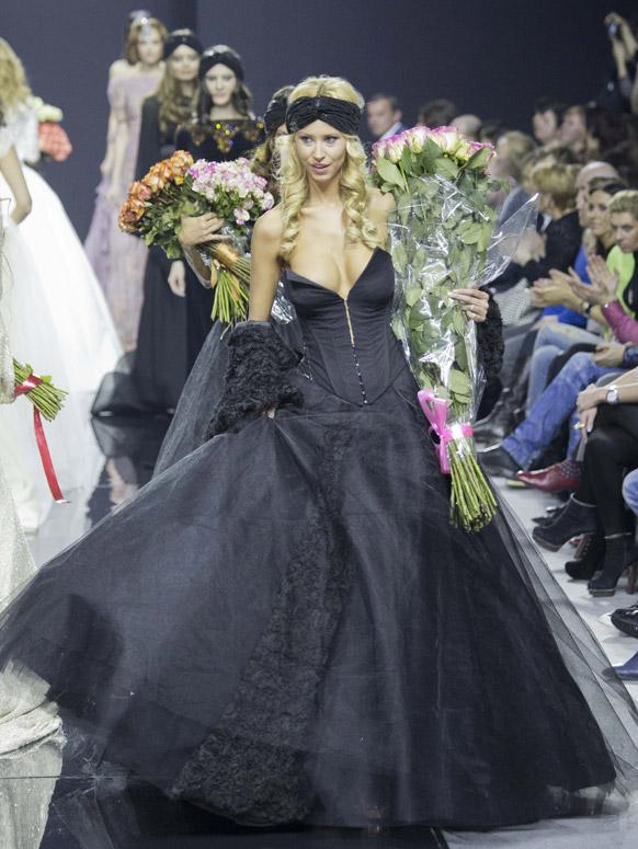 मास्को फैशन वीक के दौरान डिजायनर एलेक्जेंड्र सेरोवा के कपड़ों को पेश करती एक मॉडल।