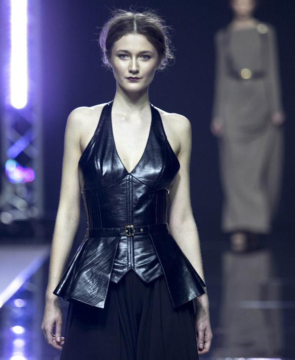 मास्को फैशन वीक के दौरान डिजायनर इस्टर ऐब्नर के कपड़ों को पेश करती एक मॉडल।