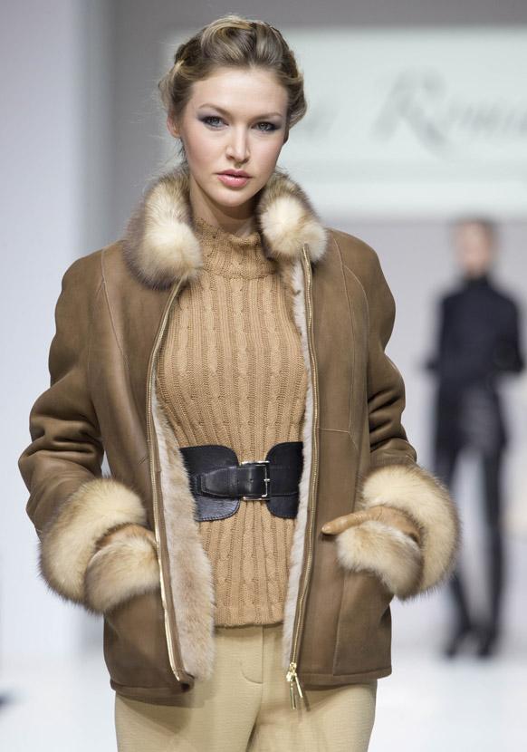 मास्को फैशन वीक के दौरान डिजायनर लिजा रोमान्युक के कपड़ों को पेश करती एक मॉडल।