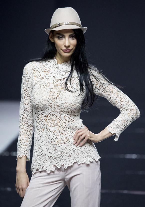 मास्को फैशन वीक के दौरान डिजायनर फ्लोरा माजी के कपड़ों को पेश करती एक मॉडल।